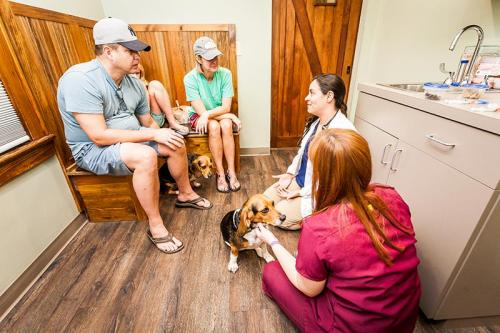 HardinValleyAnimalHospital Interior-Exam-Room-1-With-Customers-18