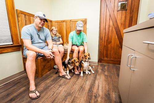 HardinValleyAnimalHospital Interior-Exam-Room-1-With-Customers-2
