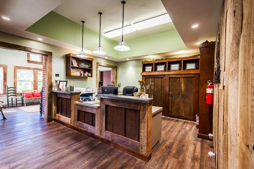 HardinValleyAnimalHospital Interior-Reception-Area-and-Retail-1
