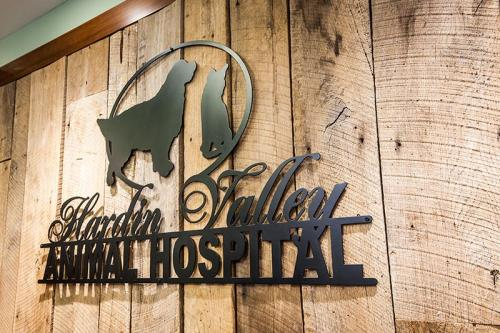 HardinValleyAnimalHospital Interior-Reception-Signage-1