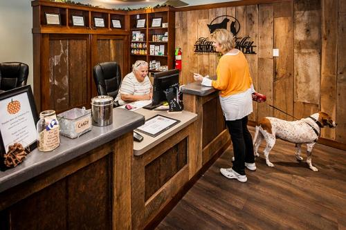 HardinValleyAnimalHospital Interior-Reception-with-Customers-2
